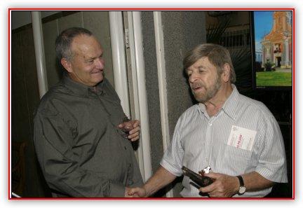 ערב פתיחת התערוכה: משמאל - הצלם, יקותיאל בלוך, מימין פרופ' שבח וייס