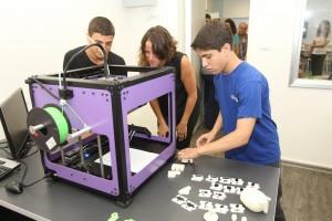 תלמידי מרכז היזמות מדגימים את המשחקים שתכננו במדפסת תלת מימד, לילדי איזי שפירא