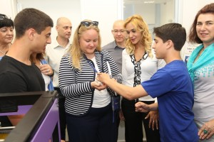 """מנכ""""ל קבוצת עמל עו""""ד רוית דום עם נציגי משלחת האיחוד האירופי, במרכז היזמות של עמל ברב תחומי חדרה."""