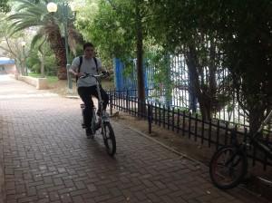 """""""האופניים משמשות אותי ממש"""".מיכאל לנדאו,תיכון הרב תחומי."""